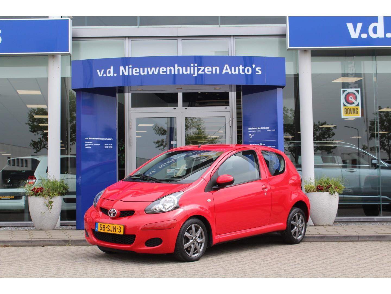 Toyota Aygo 1.0-12v comfort elektrische ramen, lichtmetalen velgen info dhr elbers 0492-588982 of e.elbers@vdnieuwenhuijzen.nl